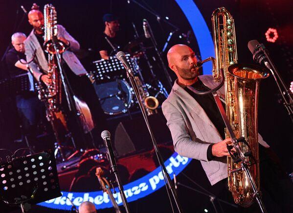 Джазовый музыкант Сергей Головня выступает на Международном джазовом фестивале Koktebel Jazz Party - 2020 в Крыму