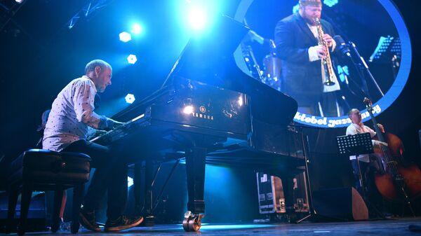 Музыкант Владимир Нестеренко (слева) выступает с группой Bril Brothers на Международном джазовом фестивале Koktebel Jazz Party – 2020 в Крыму