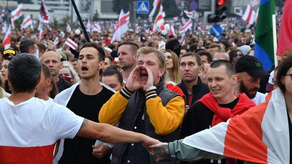 Участники акции протеста у Дворца независимости в Минске