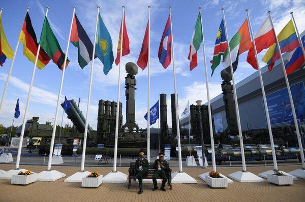 Посетители на выставке вооружений Международного военно-технического форума (МВТФ) Армия-2020 в военно-патриотическом парке Патриот