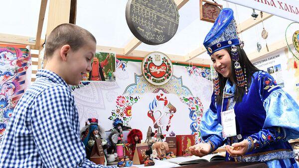 Торговля на Фестивале русского гостеприимства Самоварфест на Поклонной горе в Москве