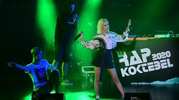 Певица Клава Кока (Клавдия Высокова) выступает на фестивале Rap Koktebel в Крыму.