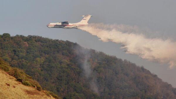 Самолет Ил-76ТДП Михаил Водопьянов МЧС России во время тушения лесных пожаров в заповеднике Утриш недалеко от Анапы