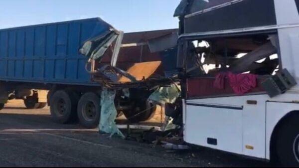Место столкновения автобуса с КамАЗом в Калмыкии