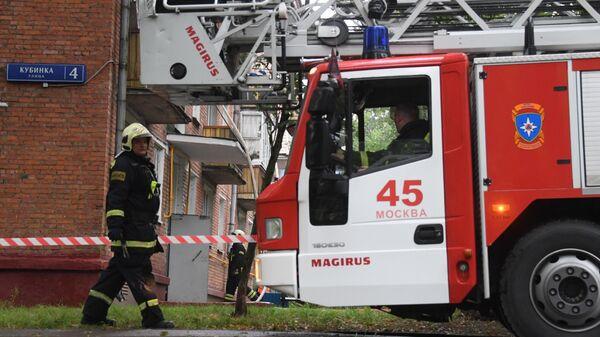 Сотрудник пожарной охраны у жилого дома No4 по улице Кубинка в Москве, где произошел взрыв