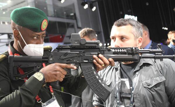 Представитель делегации из Руанды в павильоне концерна Калашников на выставке вооружений Международного военно-технического форума (МВТФ) Армия-2020 в военно-патриотическом парке Патриот
