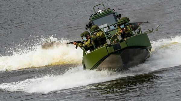 Военнослужащие на катере преодолевают водную преграду в ходе демонстрационной программы военной техники в рамках Международного форума Армия-2020 в водном кластере на полигоне Алабино в Подмосковье