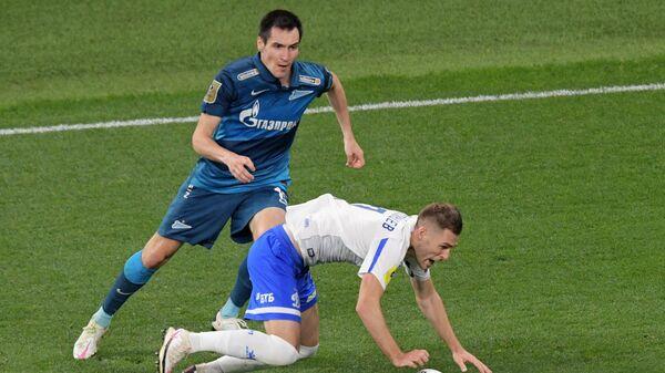 Игрок Зенита Вячеслав Караваев (слева) и игрок Динамо Дмитрий Скопинцев