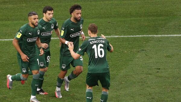 Игроки Краснодара радуются забитому мячу