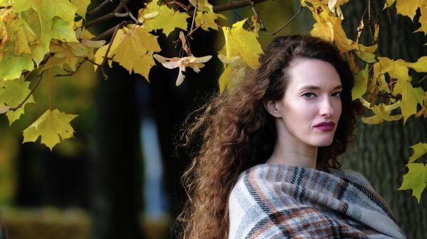 Девушка в Коломенском парке в Москве