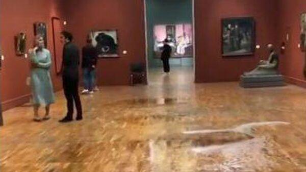 Кадр видео с потоками воды в Третьяковской галерее