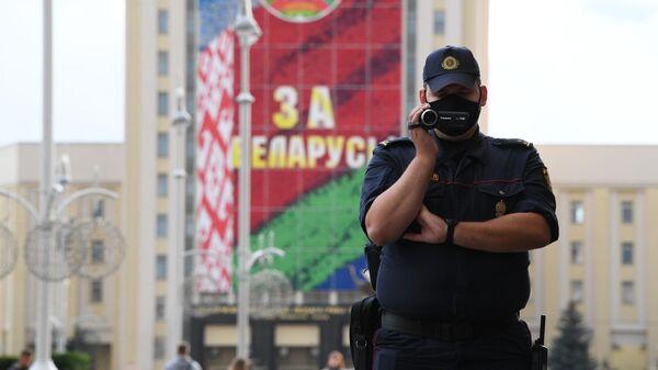 Сотрудник правоохранительных органов на улице в Минске, где проходит акция протеста