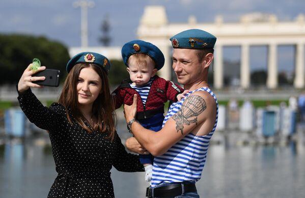 Десантник с семьей фотографируется на праздновании Дня Воздушно-десантных войск в парке Горького в Москве