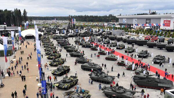 Посетители на выставке вооружений Международного военно-технического форума Армия-2020 в военно-патриотическом парке Патриот