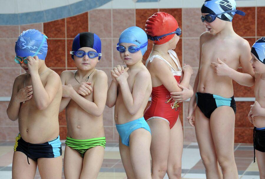 Дети на занятии в плавательном бассейне
