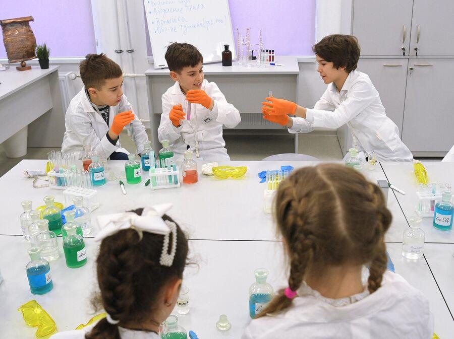 Учащиеся в химический лаборатории