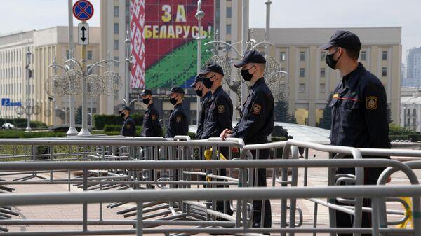 Сотрудники милиции во время акции протеста на площади Независимости в Минске