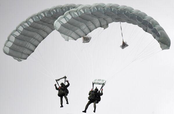 Высадка парашютистов во время динамического показа вооружений, военной и специальной техники мотострелковых войск в рамках МВТФ Армия-2020 в сухопутном кластере на полигоне Алабино