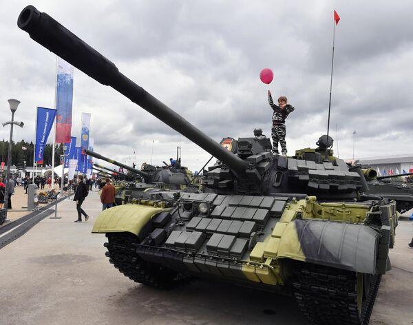 Юная посетительница на выставке вооружений Международного военно-технического форума (МВТФ) Армия-2020 в военно-патриотическом парке Патриот