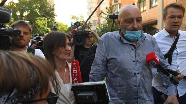Свидетель Теван Бадасян у здания Пресненского суда города Москвы