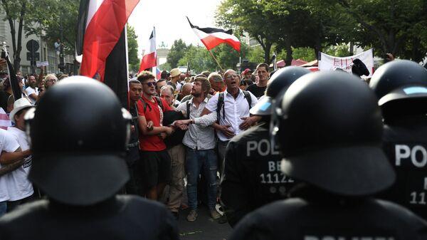 Люди во время митинга против правительственных ограничений после вспышки COVID-19 в Берлине, Германия
