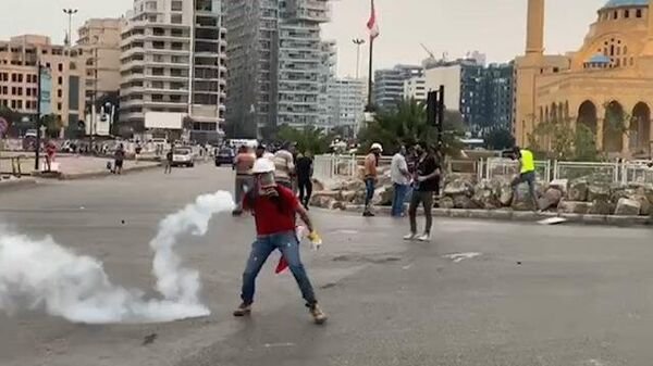Кадры столкновений демонстрантов с полицией в Бейруте