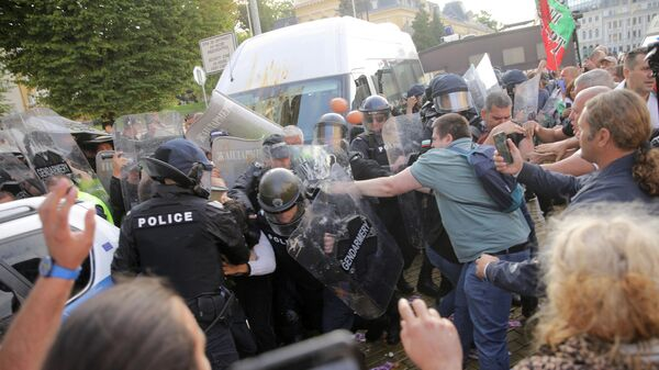 Протестующие во время столкновения с полицией на антиправительственном митинге демонстрации в Софии в Болгарии