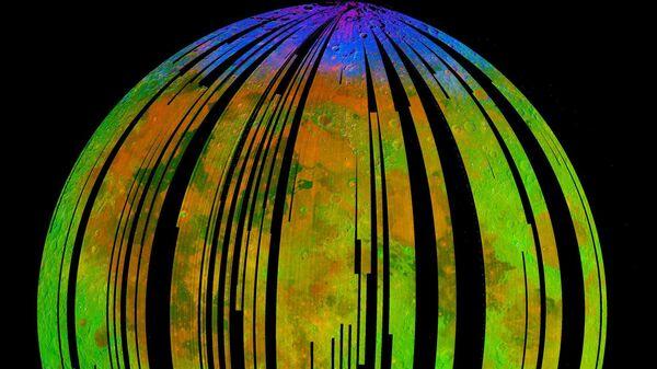 Составное изображение поверхности Луны, полученное с помощью спектрометра М3 космического зонда Чандраян-1, показывает скопления водяного льда на полюсах Луны