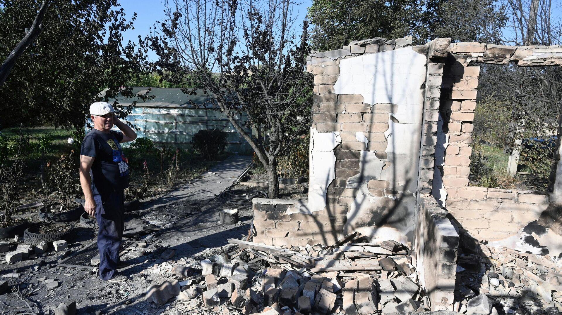 Местный житель около разрушенного дома в результате пожара в Ростовской области - РИА Новости, 1920, 03.09.2020