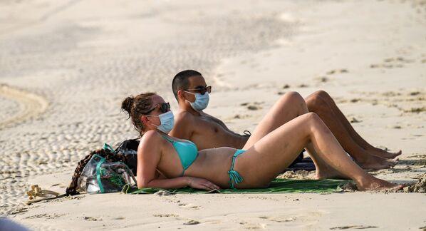 Туристы на пляже в Дубае, ОАЭ