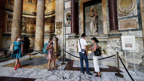 Посетители в маски для лица в Римском Пантеоне. 9 июня 2020 года
