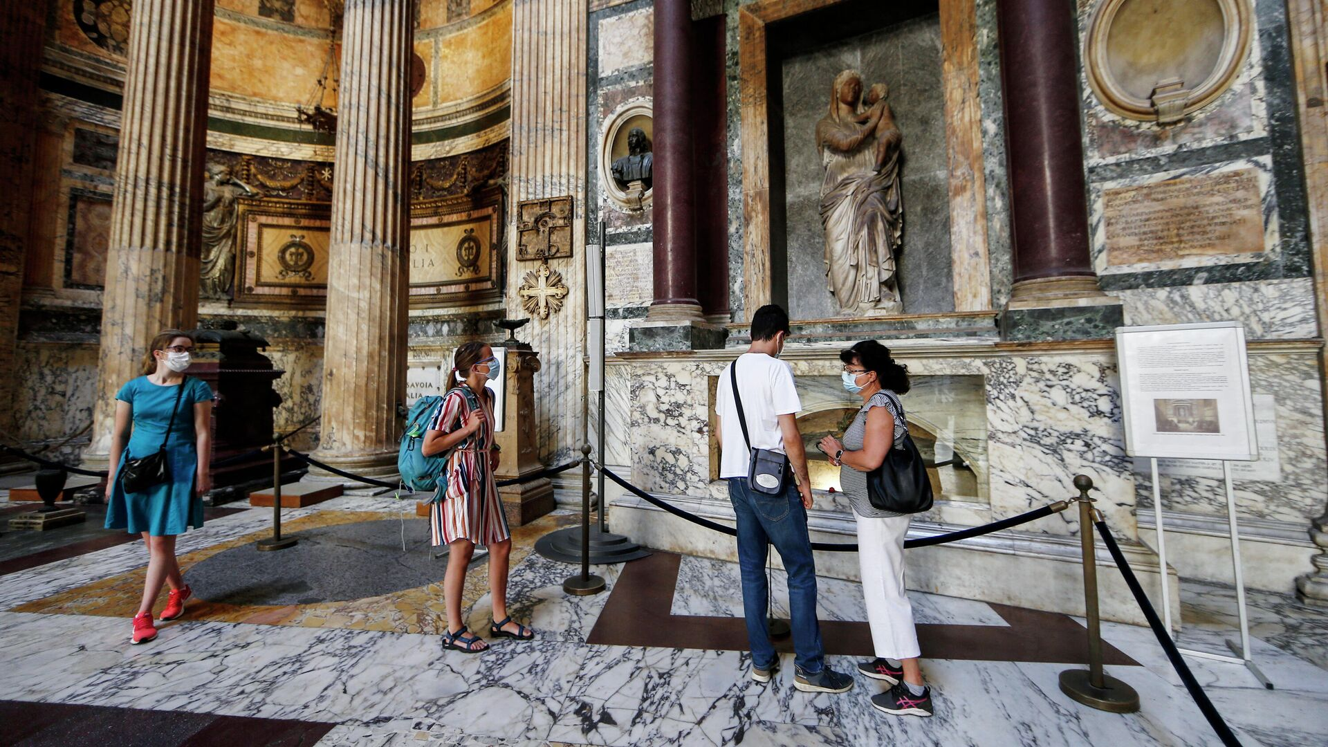 Посетители в маски для лица в Римском Пантеоне. 9 июня 2020 года - РИА Новости, 1920, 21.06.2021