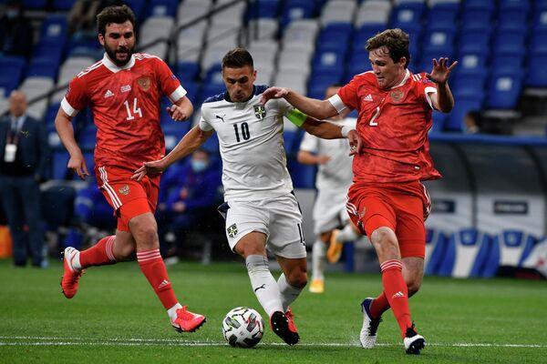 Защитники сборной России Георгий Джикия (слева) и Марио Фернандес (справа) и полузащитник сборной Сербии Душан Тадич