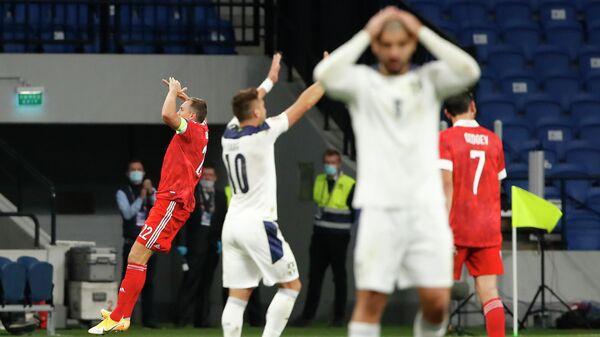 Нападающий сборной России Артем Дзюба (слева) радуется забитому мячу