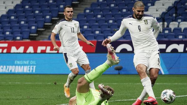Нападающий сборной Сербии Александар Митрович (справа) забивает гол
