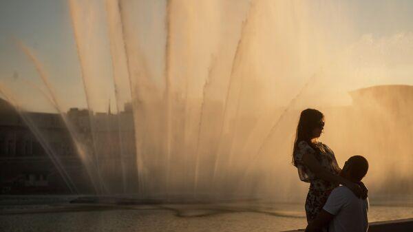 Влюбленные у фонтана на набережной озера Нижний Кабан в Казани.