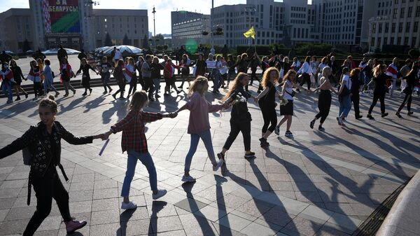 Участницы протестной акции женщин на площади Независимости в Минске