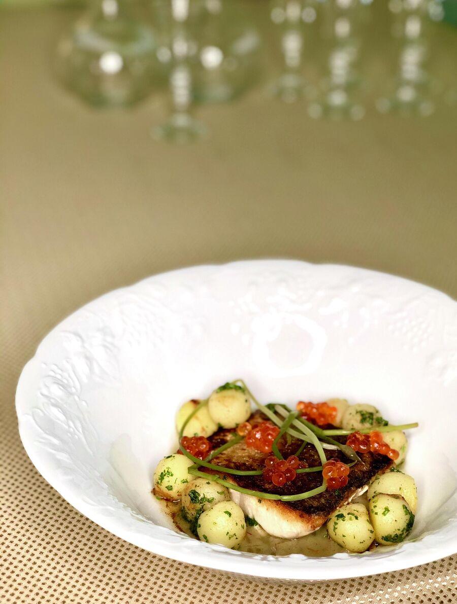 Чир обжаренный на топленом масле с картофелем нуазет, сливочным соусом с нотками шафрана, красной икрой и маринованными стрелками лука