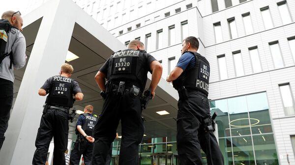Сотрудники полиции у больницы Charite в Берлине, где находится Алексей Навальный