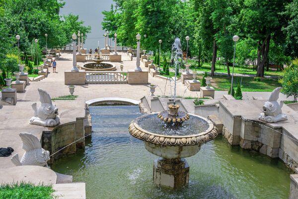 Фонтаны и каскадные лестницы в парке Валя Морилор в Кишиневе, Молдавия