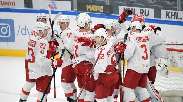 Игроки ХК Спартак радуются победе в матче регулярного чемпионата Континентальной хоккейной лиги между ХК Динамо (Москва) и ХК Спартак (Москва).
