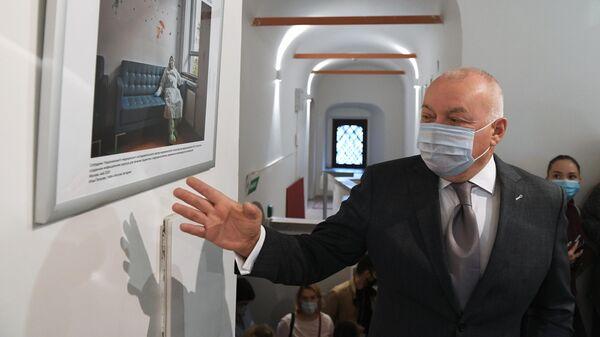 Генеральный директор МИА Россия сегодня Дмитрий Киселев на открытии фотовыставки Пожалуйста, дышите!