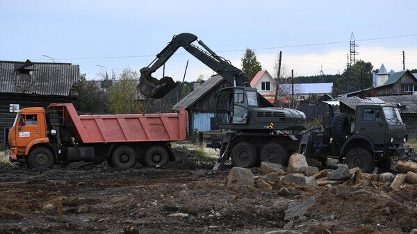 Работы по расчистке территории микрорайона ЛДК в городе Тулун Иркутской области.