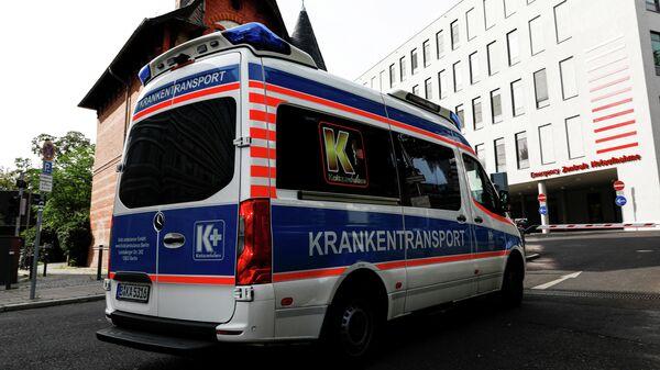 Автомобиль скорой помощи у больничного комплекса Шарите в Берлине