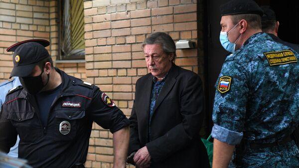 Актёр Михаил Ефремов возле здания Пресненского суда города Москвы после оглашения приговора