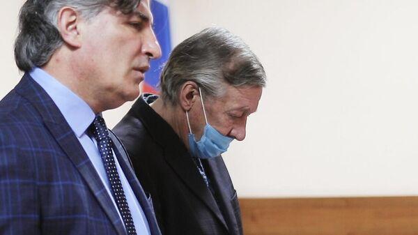 Актер Михаил Ефремов и его адвокат Эльман Пашаев в зале заседаний Пресненского суда города Москвы во время оглашения приговора