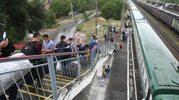 Граждане Узбекистана на станции Первомайская во время посадки на вывозной поезд