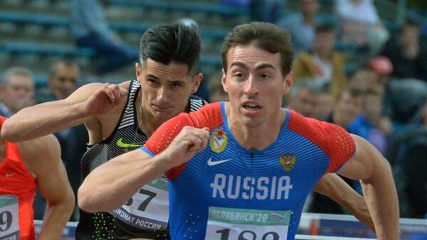 Сергей Шубенков (на первом плане) в забеге на 110 метров с барьерами среди мужчин на чемпионате России по легкой атлетике в Челябинске.