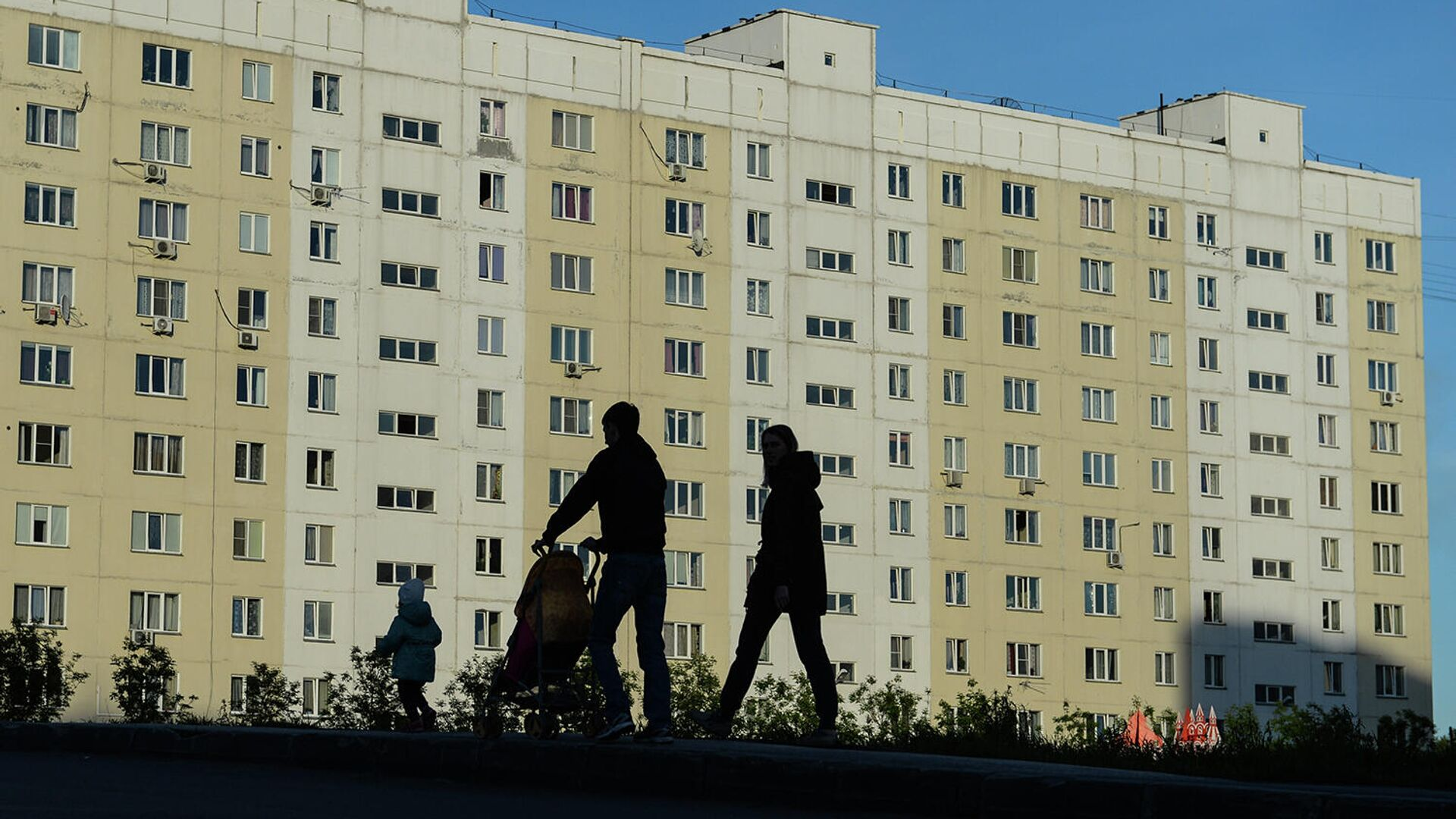Семья на прогулке во дворе жилого дома - РИА Новости, 1920, 25.11.2020