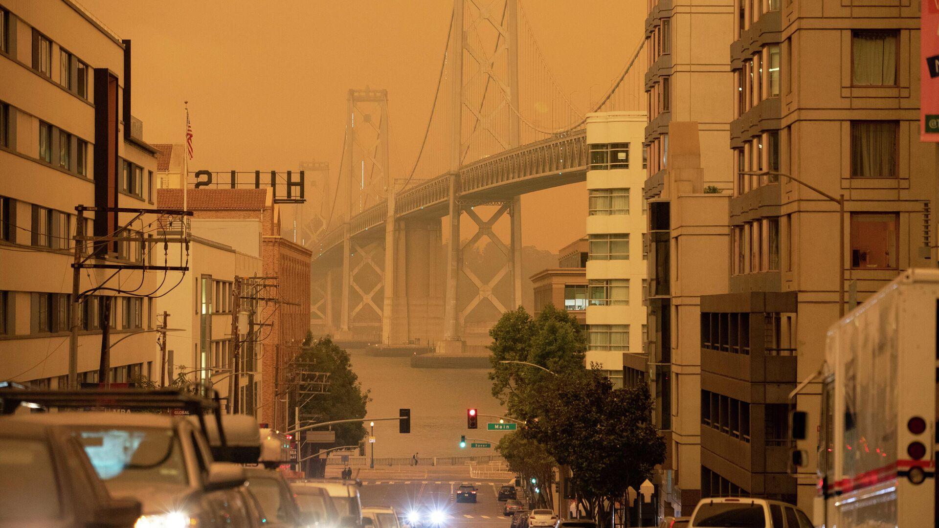 Мост Бэй-Бридж в дыму от калифорнийских лесных пожаров в Сан-Франциско, Калифорния, США - РИА Новости, 1920, 10.09.2020